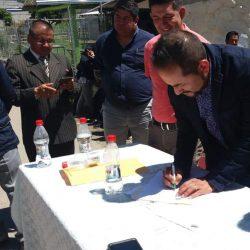 Firma de acta para construcción de la cancha de uso múltiple en la Parroquia San Juan